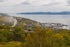 Vue de Petropavlovsk-Kamchatsky gauche, baie d'Avachinskaya, Russie photos libres de droits