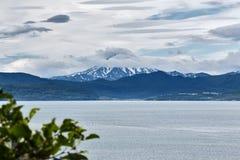 Vue de Petropavlovsk-Kamchatsky sur la baie d'Avacha et le volcan de Vilyuchinsky La Russie, Kamchatka photo libre de droits