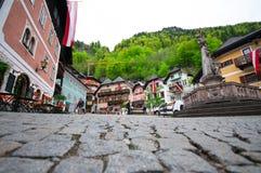 Vue de photo-carte postale de Cenic de la place historique de Hallstatt avec les maisons et l'église colorées traditionnelles au  Photo stock