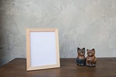 Vue de photo et chat de jouet sur un en bois sur le fond gris de mur Images libres de droits