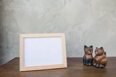 Vue de photo et chat de jouet sur un en bois sur le fond gris de mur Photos libres de droits
