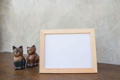Vue de photo et chat de jouet sur un en bois sur le fond gris de mur Photo libre de droits