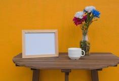 Vue de photo et tasse et fleurs dans le pot Photos libres de droits