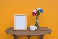 Vue de photo et tasse et fleurs dans le pot Image stock