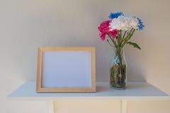 Vue de photo sur un en bois et des fleurs dans le pot sur le fond blanc Photos libres de droits