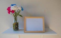 Vue de photo sur un en bois et des fleurs dans le pot sur le fond blanc Image stock