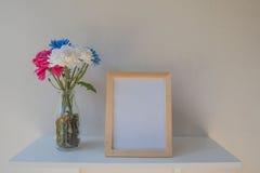 Vue de photo sur un en bois et des fleurs dans le pot sur le fond blanc Image libre de droits