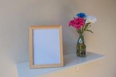 Vue de photo sur un en bois et des fleurs dans le pot sur le fond blanc Photographie stock libre de droits