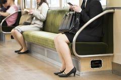Vue de pieds de personnes dans la vue au sol de banlieusard de métro de Tokyo, basse section Photographie stock