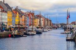 Vue de pilier de Nyhavn avec des bâtiments et des bateaux de couleur à Copenhague, Danemark photographie stock libre de droits