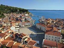 Vue de Piran de ci-dessus avec le port et la place de Tartini, Slovénie Photographie stock libre de droits