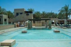 Vue de piscine à la station de vacances d'Arabe de désert Images stock