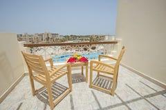Vue de piscine de balcon dans la station de vacances tropicale de luxe d'hôtel Image stock