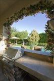 Vue de piscine par la fenêtre de patio Photo stock