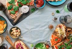 Vue de pizza, hot-dog, salade, vin, bière blonde allemande, casse-croûte image stock