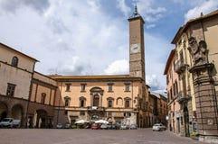 Vue de place avec de vieux bâtiments et de beffroi à Viterbe Images libres de droits