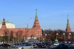 Vue de place de Borovitskaya et des tours de Moscou Kremlin Photographie stock libre de droits