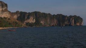 vue de plage avec des bateaux de longue queue sous l'accélération clips vidéos