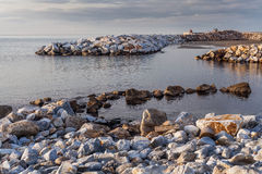 Vue de plage avec des roches photographie stock libre de droits