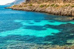 Vue de plage de Cala Fredda sur l'île de Levanzo en mer Méditerranée de la Sicile Image libre de droits