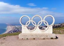 Vue de plage de Chesil des anneaux olympiques sur l'île de Portland Dorset R-U photo stock