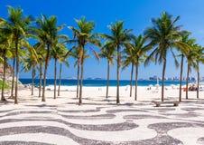 Vue de plage de Copacabana avec des paumes et de mosaïque de trottoir en Rio de Janeiro Photos stock