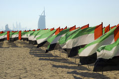 Vue de plage de Dubaï avec des drapeaux Photographie stock
