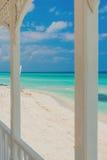 Vue de plage de Varadero au Cuba d'un terra en bois Photographie stock