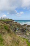 Vue de plage du sud rocheuse Newquay les Cornouailles du nord R-U de Fistral photo stock