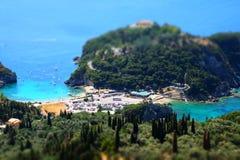 Vue de plage et de baie de Paleokastritsa d'en haut effet d'Inclinaison-merde appliqué photographie stock libre de droits