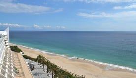 Vue de plage et de mer de Sesimbra Photos libres de droits