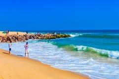 Vue de plage de mer de Goa dans le jour ensoleillé lumineux clair d'une distance lointaine pendant la journée Photographie stock libre de droits