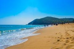 Vue de plage de mer de Goa dans le jour ensoleillé lumineux clair d'une distance lointaine pendant la journée Photos stock