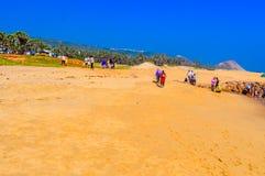Vue de plage de mer de Goa dans le jour ensoleillé lumineux clair d'une distance lointaine pendant la journée en ciel clair Photo stock