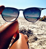 Vue de plage par des verres Photos libres de droits