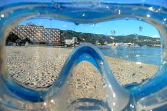 Vue de plage par un masque de prise d'air Images stock