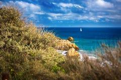 Vue de plage sur le Praia DA Rocha Image stock