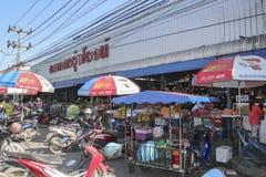 Vue de plage voisine du marché humide inconnu ao Nang, Krabi, Thaïlande Photo stock