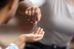 Vue de plan rapproché d'agent immobilier donnant des clés au propriétaire de nouvelle maison images libres de droits