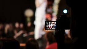 Vue de plan rapproché d'une fille tenant l'appareil-photo et filmant une danse Danseur brouillé sur le fond banque de vidéos