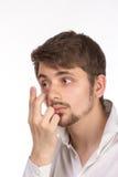 Vue de plan rapproché de l'oeil brun d'un homme tout en insérant un c correctif photos libres de droits