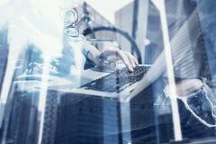 Vue de plan rapproché de la jeune fille à l'aide de l'ordinateur portable moderne dans le studio de conception Travail coworking  photos libres de droits