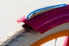 Vue de plan rapproché de roue avant de bicyclette de couleur blanche Image stock