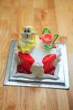 vue de plan rapproché des bandes de fraise sur le gâteau d'anniversaire léger Photos libres de droits