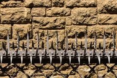 Vue de plan rapproché des dents forgées impressionnantes dans une barrière de sécurité Photos libres de droits