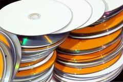 Vue de plan rapproché des disques compacts colorés empilés Photo stock
