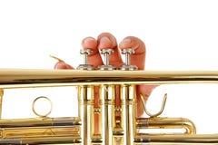 Vue de plan rapproché des doigts de l'homme comme il joue la trompette Image libre de droits