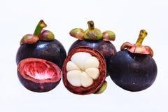 Vue de plan rapproché des mangoustans de fruit tropical d'isolement sur le fond blanc Photographie stock