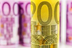 Vue de plan rapproché du billet de banque 200 roulé par euro Image libre de droits
