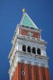 Vue de plan rapproché du campanile dans le grand dos du repère de rue Image libre de droits